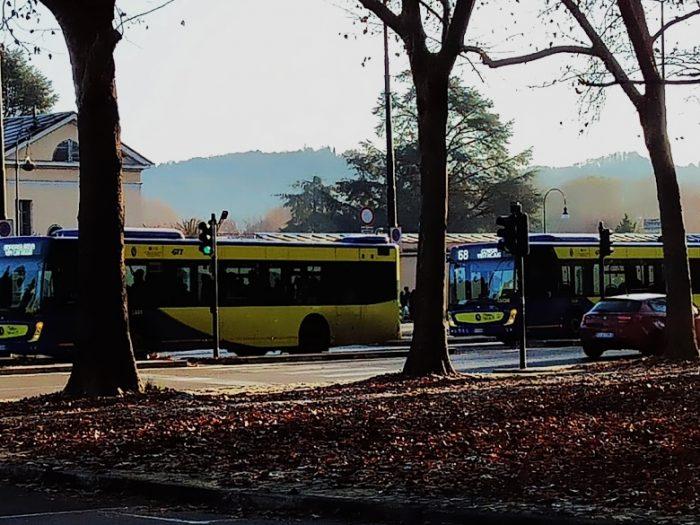 i trasporti torinesi della gtt con bus che passano tutti insieme, dopo lunghe attese